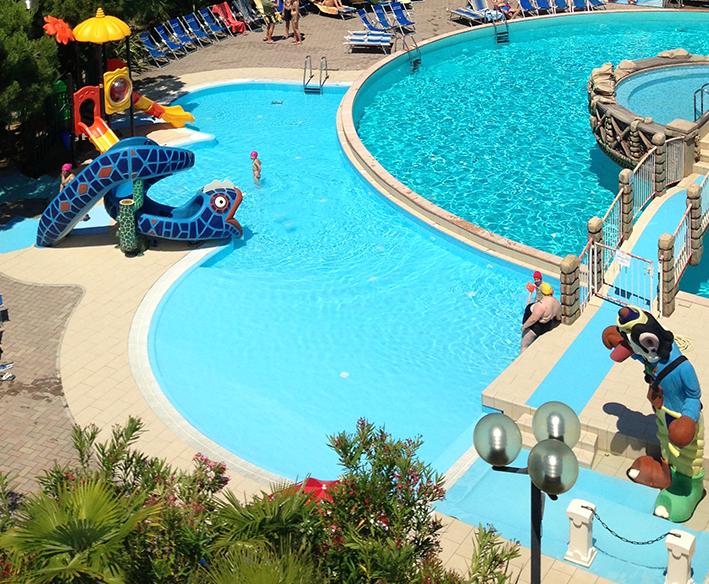 Piscine villaggio centro vacanze villaggio hotel centro - Villaggi con piscine e scivoli ...